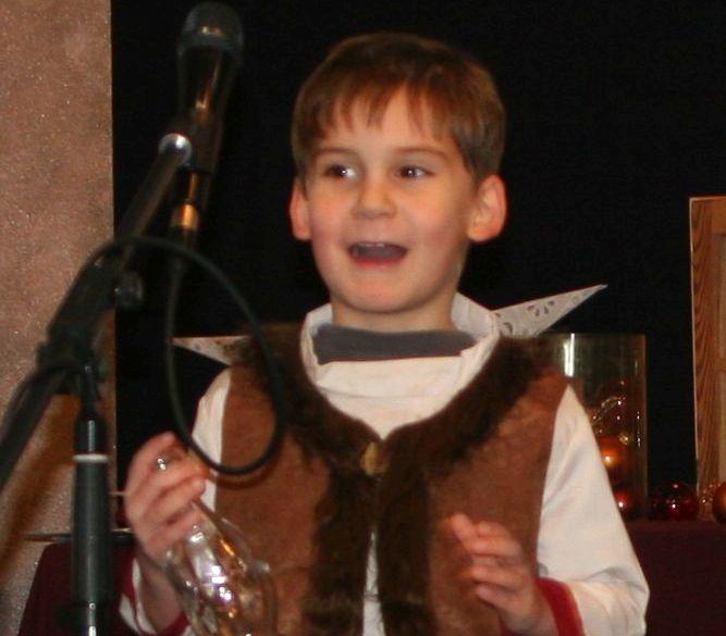 Kind als Wirt verkleidet spielt Theater. Kindertheater.