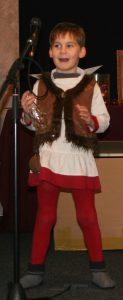 Theaterspielendes Kind, Kindertheater, Verkleidung, Junge in mittelalterlichem Gewand spielt Theater