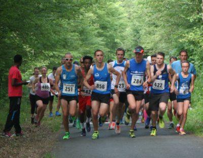 Läufer starten ein Rennen im Wald