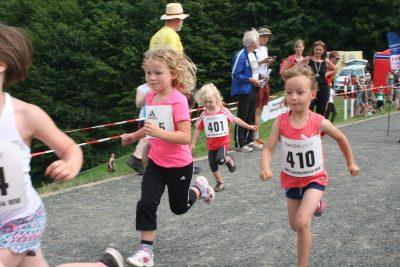 Drei- bis Siebenjährige Mädchen beim Wettrennen