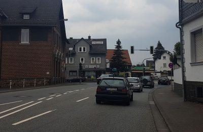 Durchgangsstraße Breidenbach, Pkw fährt an der Ampel vorbei.