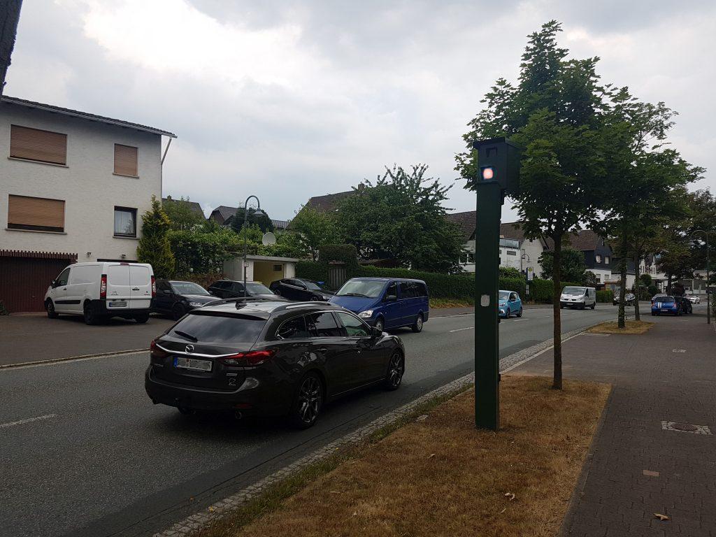 Autos auf einer Bundesstraße