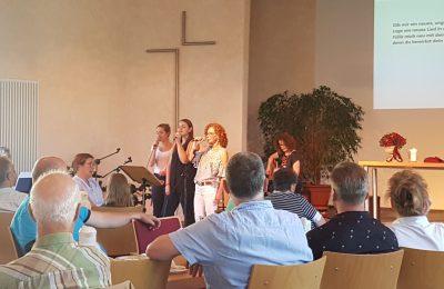 Singkreis singt vor Gästen in einer Gemeinde. Gottesdienst. Minichor.