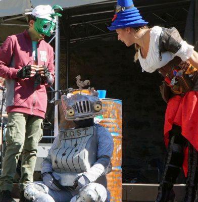 Ritter Rost und 2 seiner Freunde unterhalten sich rege.