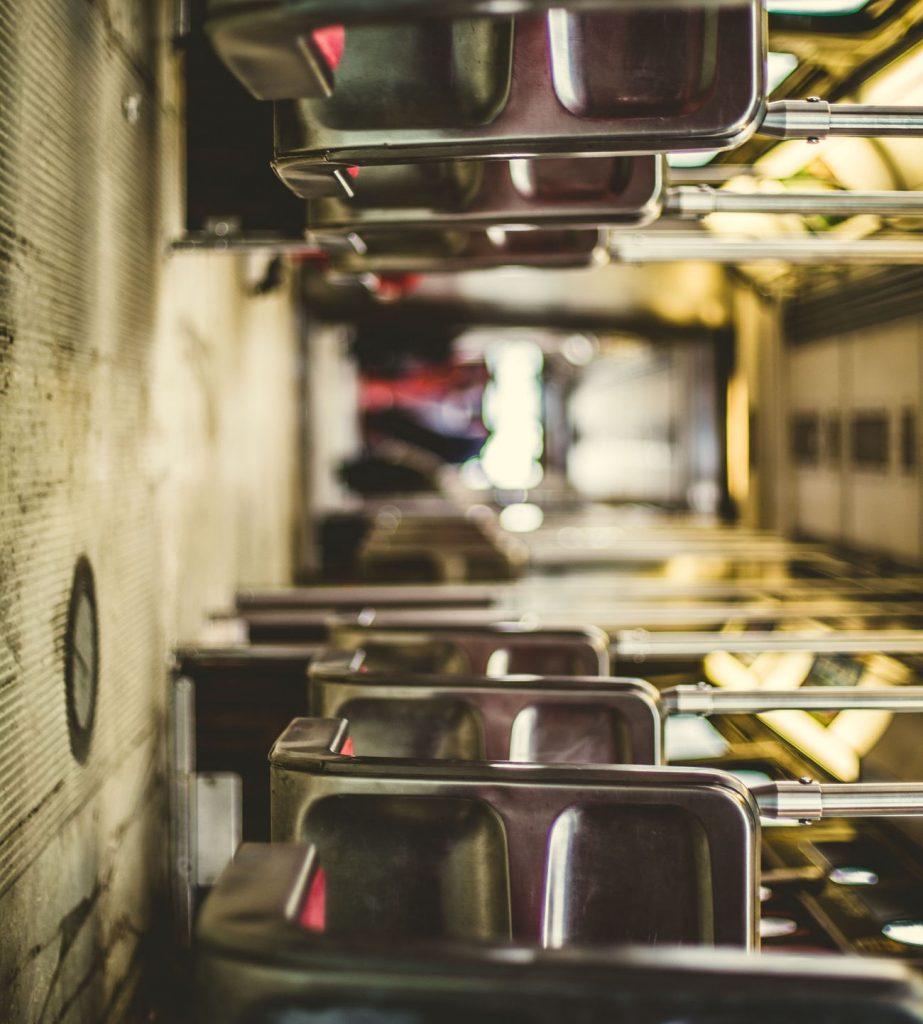 Bus von innen - auf der Seite liegend