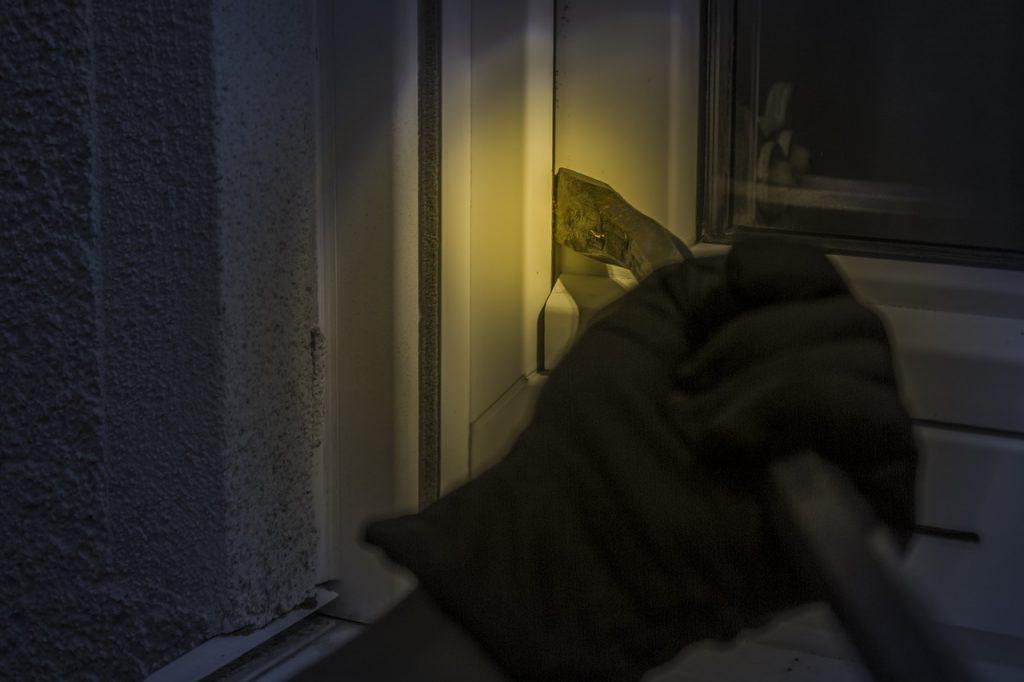 Einbrecher bricht Tür auf