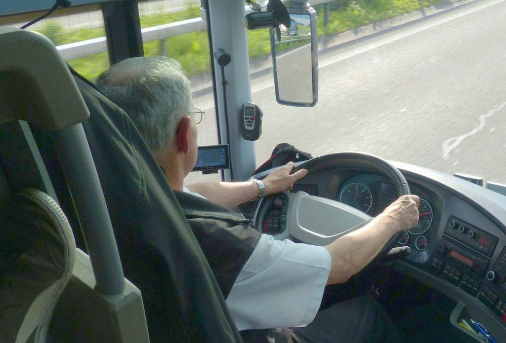 Senior fährt einen Bus