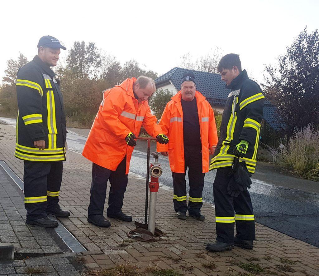4 Feuerwehrleute bei der Hydrantenspülung