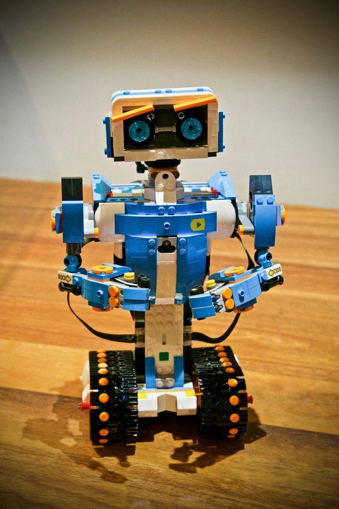 Ein Lego-Roboter - überwiegend in Blautönen.