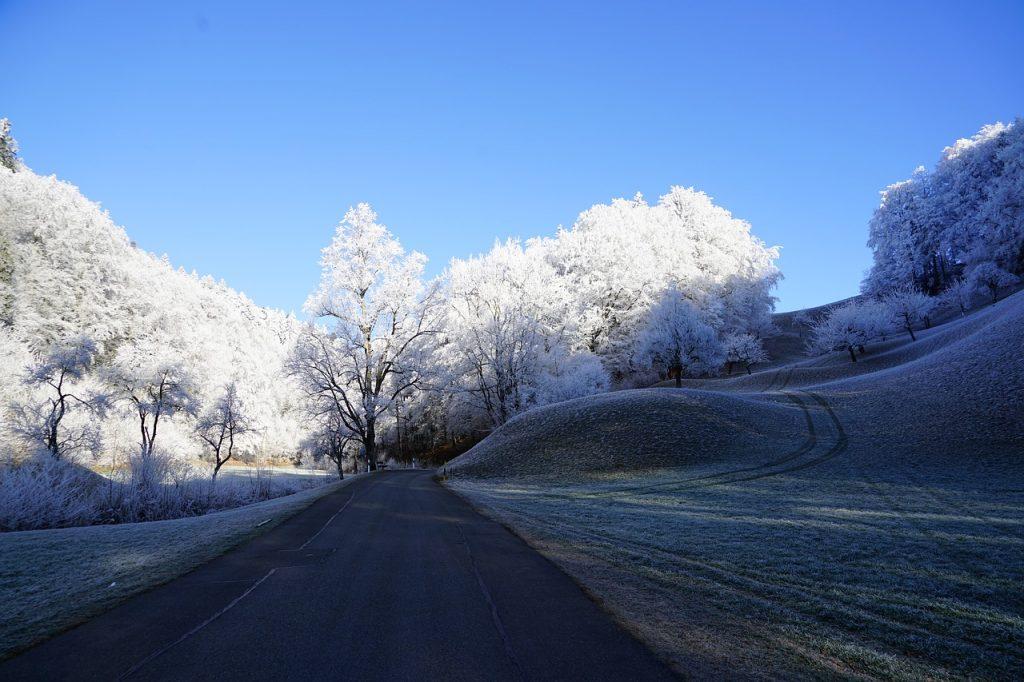 Straße und winterliches Umfeld mit Reif bedeckt