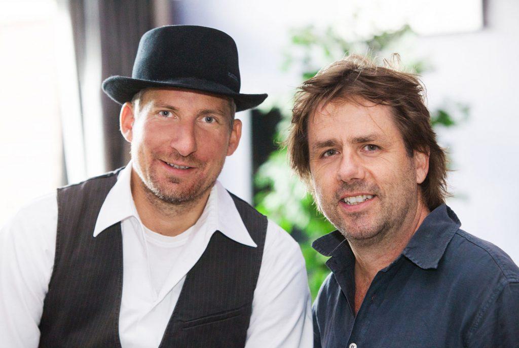 Jörg Siewert und Steffen Walter. Lachen in die Kamera. Sie sind die Chefs des Rudelsingens.