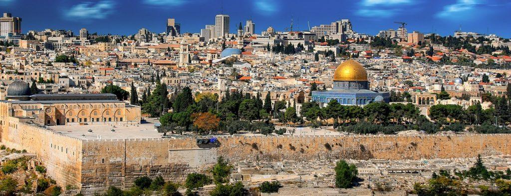 Ein Blick auf Israel. Tempel im Vordergrund, Hochhäuser am Horizont.