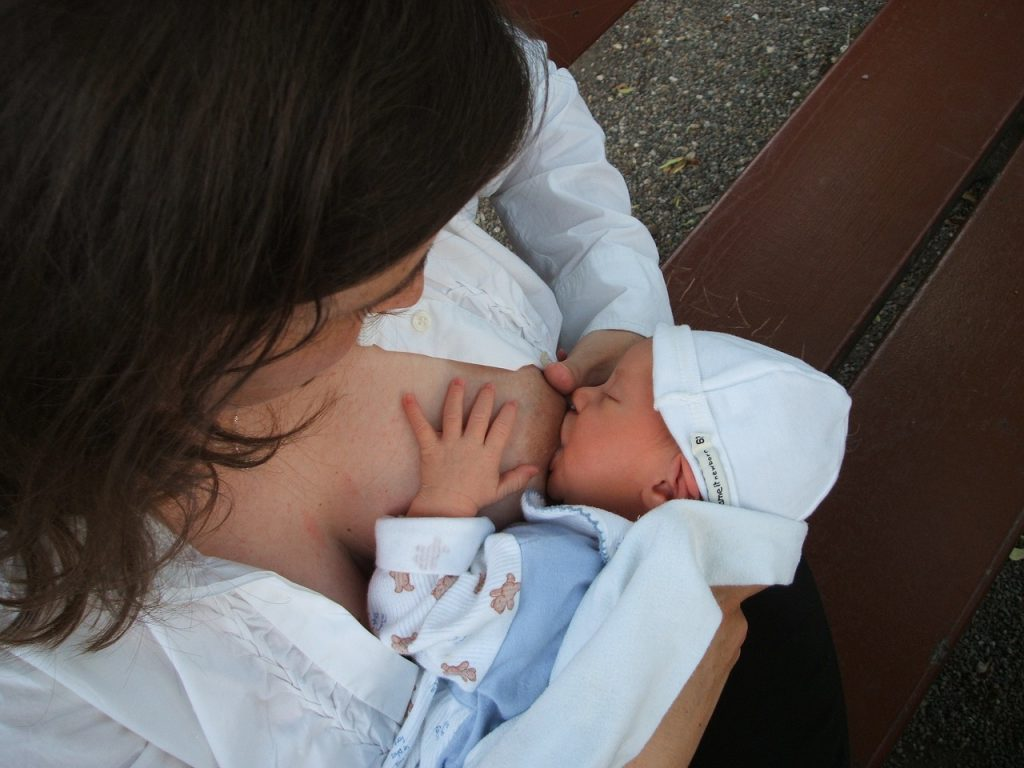 Mutter stillt ein Baby