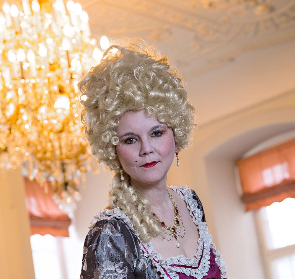 """""""Gräfin"""" Polyxena mit Lockenperücke und barockem Gewand."""