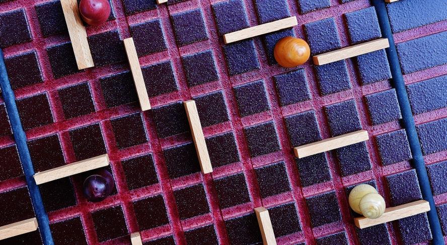 Ein Spiel mit bunten Rillen und Kugeln aus Holz.