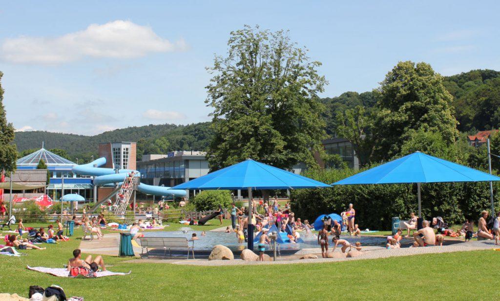 Freibadfläche, Liegewiese, Leute drauf, Sonnenschirme