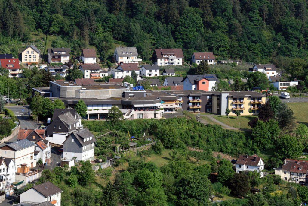 Bürgerhaus von erhöhter Perspektive aus fotografiert - Häuser und Wald drumherum