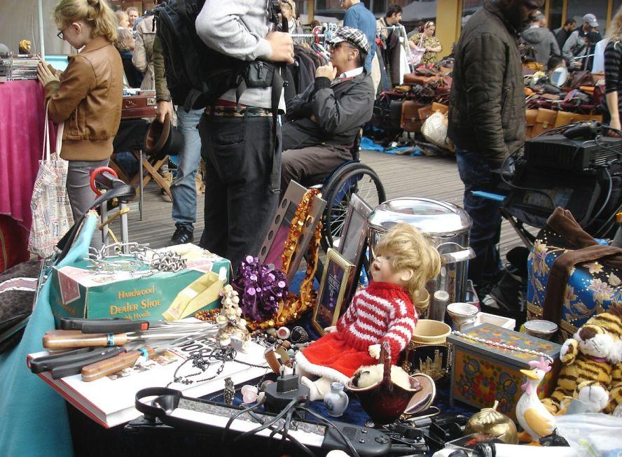 Flohmarkt: Angebote und Kunden, die stöbern