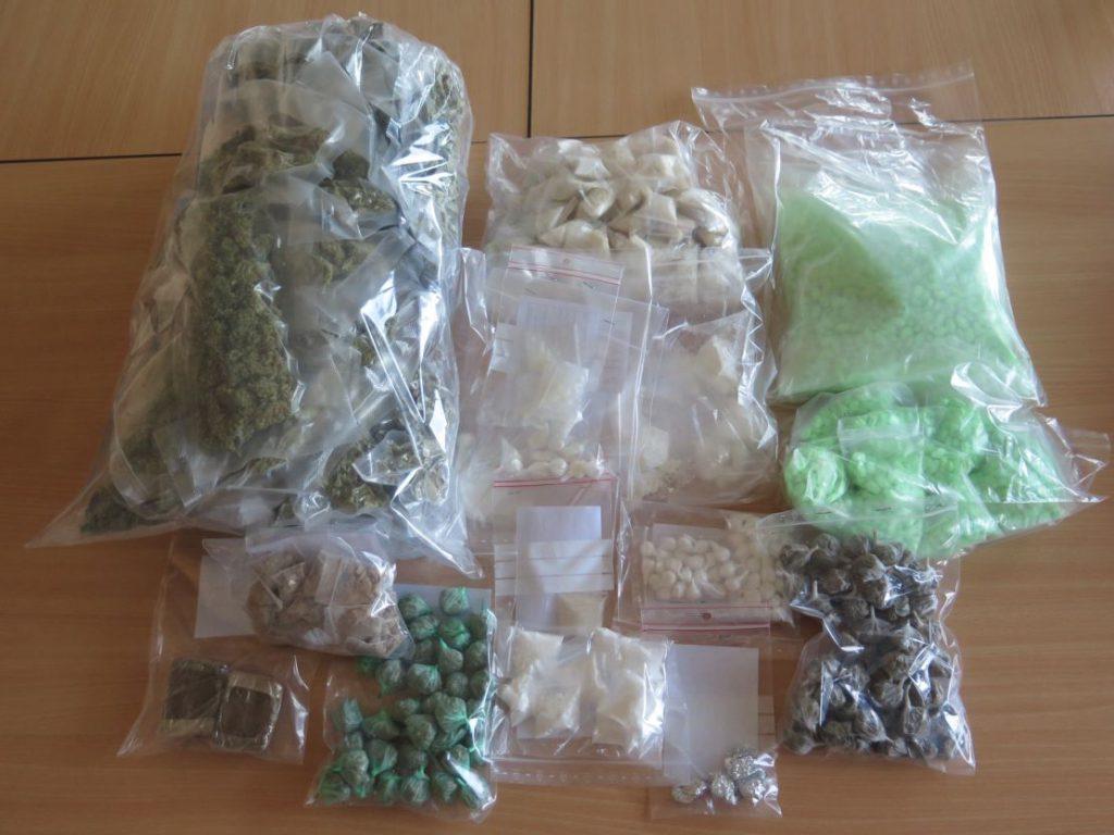 Verschiedene Drogen, einzeln in transparente Päckchen verpackt. Teils grünlich, teils bräunlich.