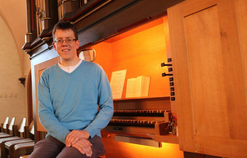 Organist vor dem Instrument
