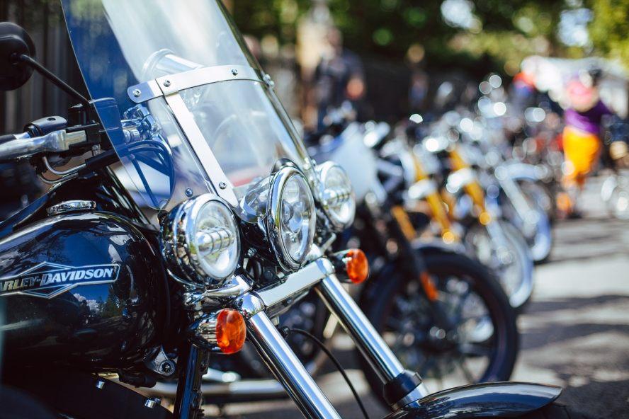 Viele Motorräder parken