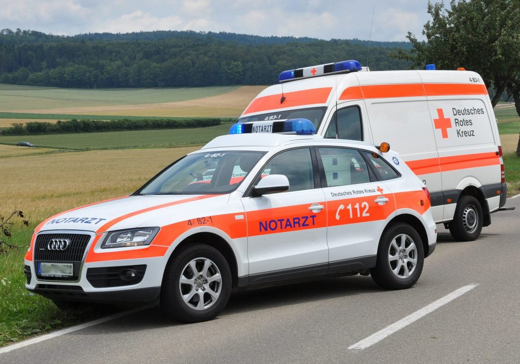 2 Rettungswagen am Straßenrand