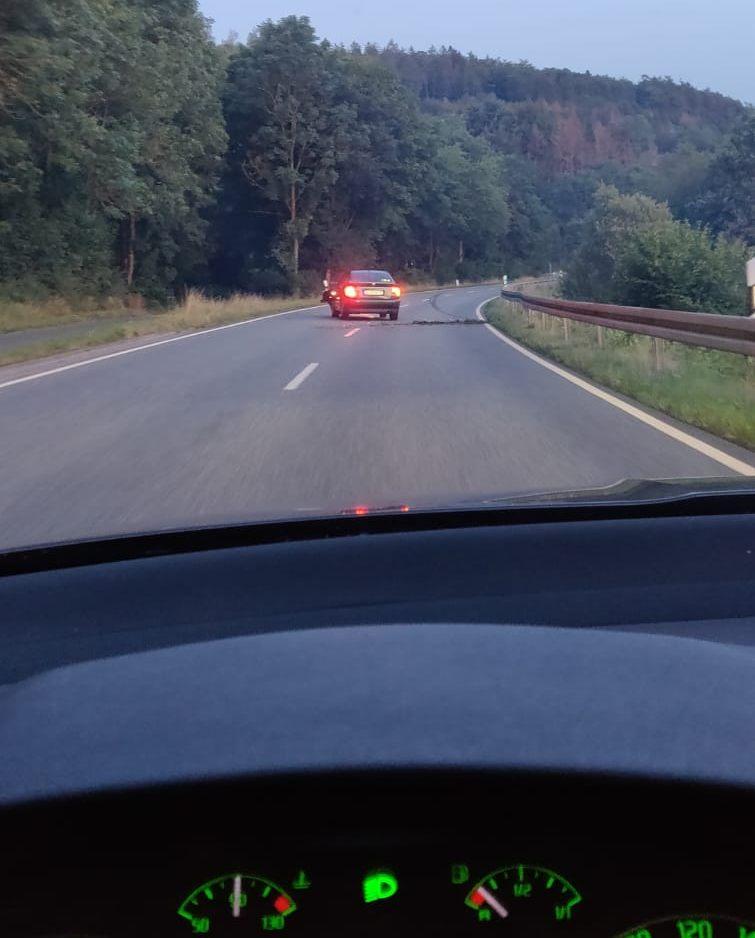 Auto auf der Bundesstraße schlingert