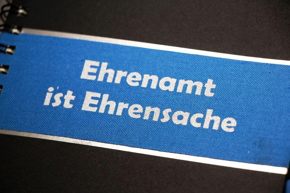 """Emblem mit Text: """"Ehrenamt ist Ehrensache""""."""