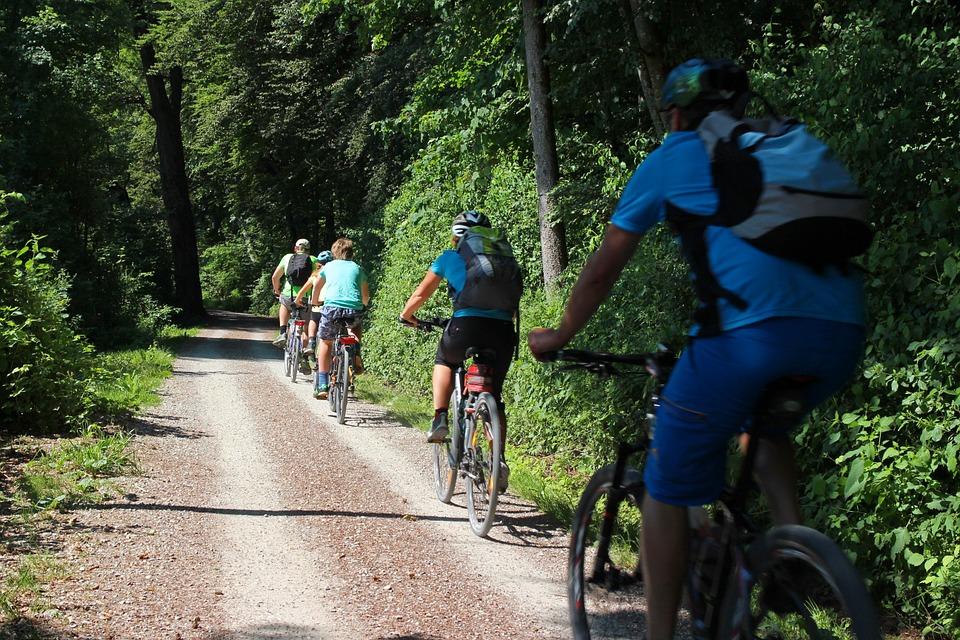 Erwachsene in Kolonne bei einer Fahrradtour