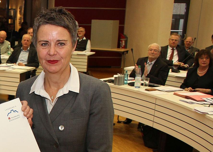 Landrätin Kirsten Fründt im Rahmen der Ernennung. Im Hintergrund sitzen MItglieder des Kreistags - einer applaudiert.