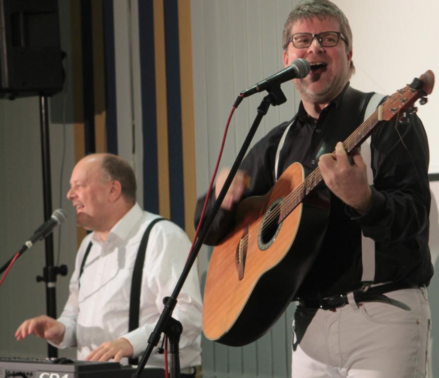 Martin am Keyboard und Fabian an der Gitarre - beide gut gelaunt im Rahmen ihrer Show als Duo Camillo.
