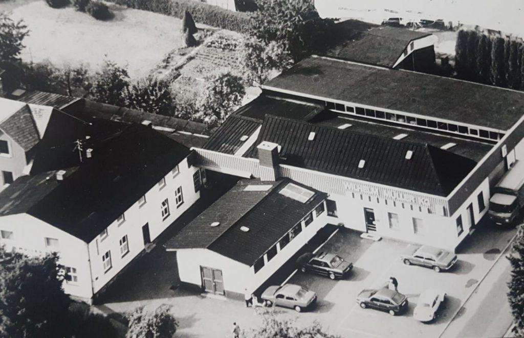 Luftaufnahme der FIrma Wilhelm Müller in Wallau - älteren Datums. Schwarz-Weiß-Aufnahme.