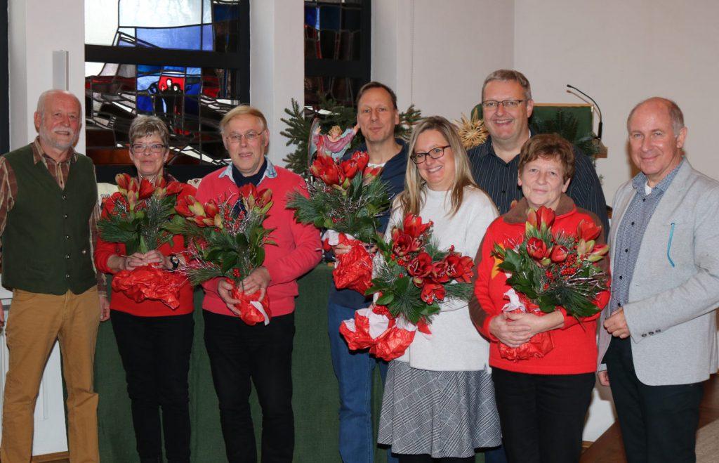 Die Geehrten mit rot-grünen Blumensträußen freuen sich mit den Offiziellen über die Ehrung, wie das Gruppenfoto zeigt.