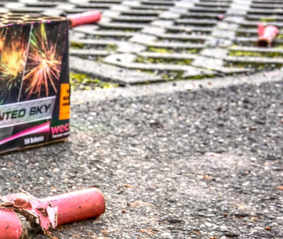 Reste vom Silvesterfeuerwerk auf der Straße - und eine leere Packung.