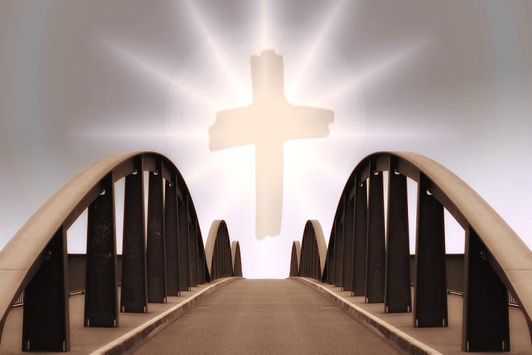 Eine Brücke mit geschwungenem Geländer an beiden Seiten führt zu einem großen, strahlenden Kreuz. (Grafik)