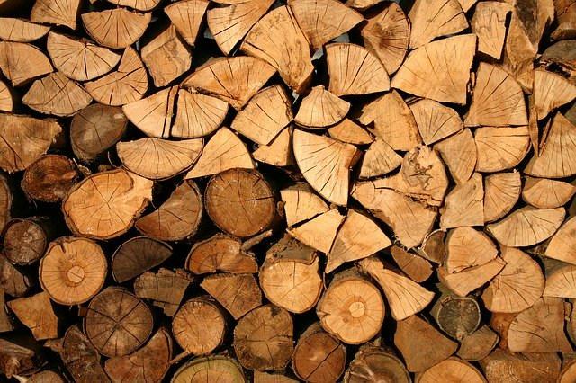 Geschichtete Holzspalten. Nichts als geschichtetes Holz.
