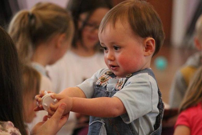 Spielende Kinder im Alter von etwa eins bis 5 Jahren im Kindergarten