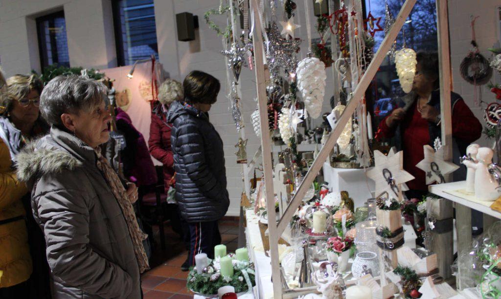 Verkaufsstand mit weihnachtlicher Dekoration aus Holz und Ton: Engelfiguren, Baumbehang, Adventskranz...