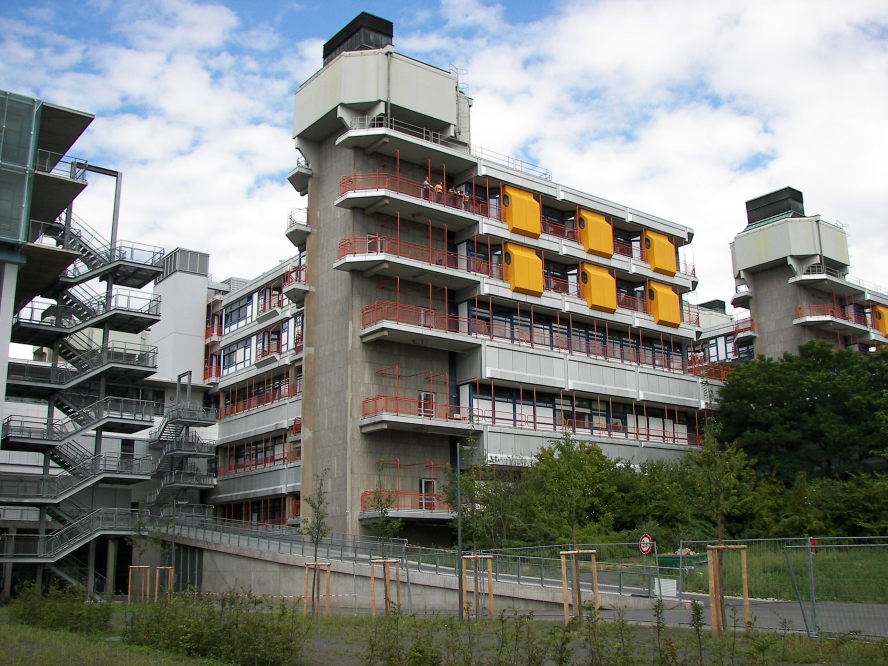 Das Marburger Uniklinikum,  Südseite des Hauptgebäudes mit Krankenzimmern und Treppenaufgängen.