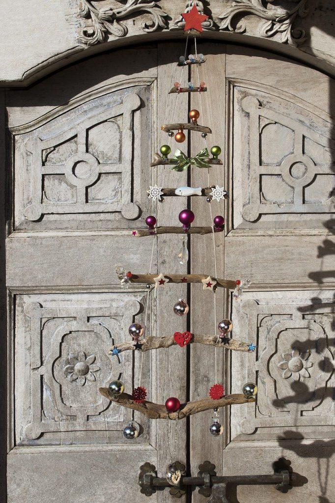 Treibholz. Untereinander befestigt an Kordel. Dekoriert wie ein Weihnachtsbaum mit Kugeln, Sternen und Gedöns.
