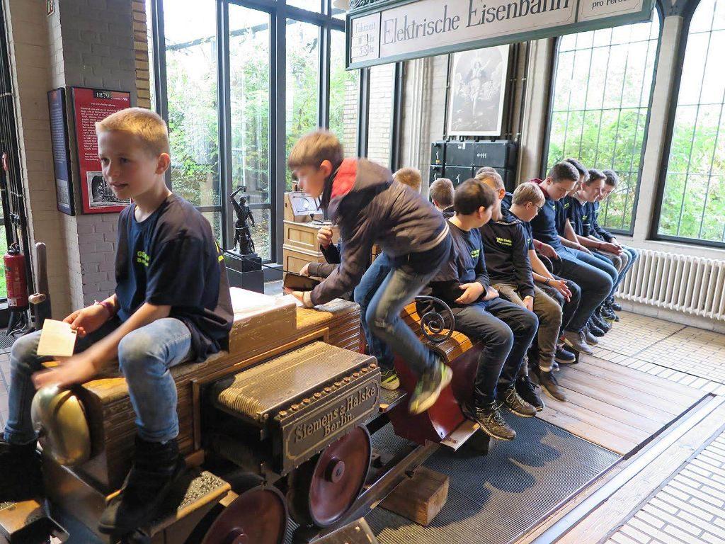 Eine Mini-Eisenbahn im Museum verlockt die Kinder vom Gymnasium Schloss Wittgenstein, sich darauf zu setzen für ein Gruppenfoto.