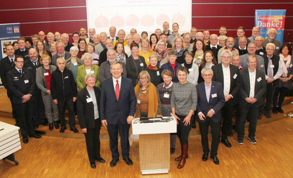 Eine große Zahl an Ehrenamtlern stellt sich zum Gruppenfoto mit der Landrätin. Alle haben zuvor die Ehrenamtscard erhalten.