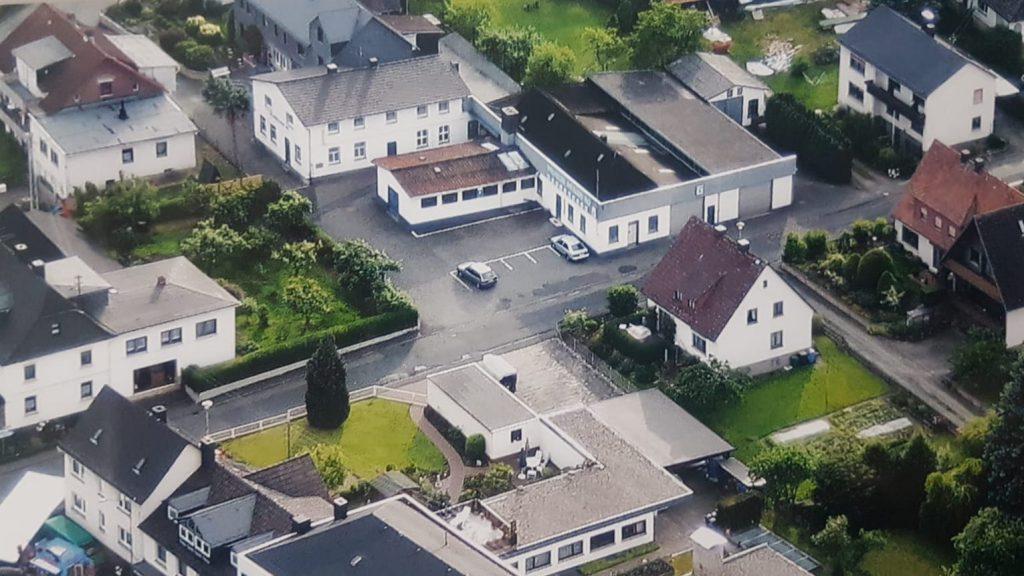 Luftaufnahme der Firma Wilhelm Müller in Wallau mit umliegenden Anwesen.