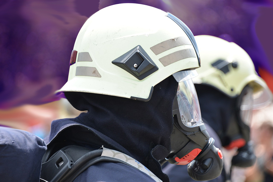 Feuerwehrmänner mit Atemschutzausrüstung