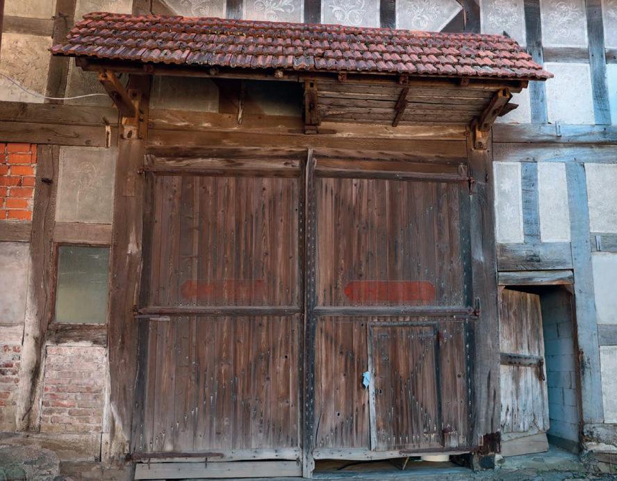 """Altes Scheunentor von """"Kochens"""" in der Bergstraße. Über dem Scheunentor kann man den Kratzputz erkennen, der in früherer Zeit die Fachwerkhäuser verzierte."""