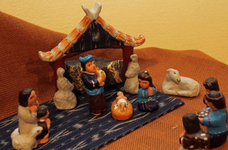 Eine peruanische Krippenszene. Schlicht und aus Ton geformt. Bemalt in Naturtönen, Blau und Schwarz.