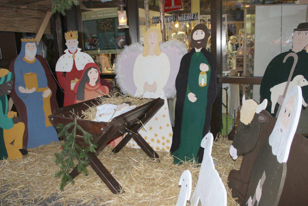Lebensgroße Weihnachtskrippe mit Figuren aus Holz: Maria und Josef, Könige, Hirten, Schafe und das Jesus-Kind in der Holzkrippe...