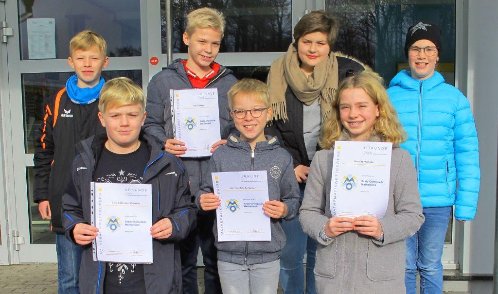 Die erfolgreichen Matheschülerinnen und -schüler vom Gymnasium Schloss Wittgenstein stellen sich mit ihren Urkunden stolz zum Gruppenfoto auf. Fünf Jungen, zwei Mädchen.