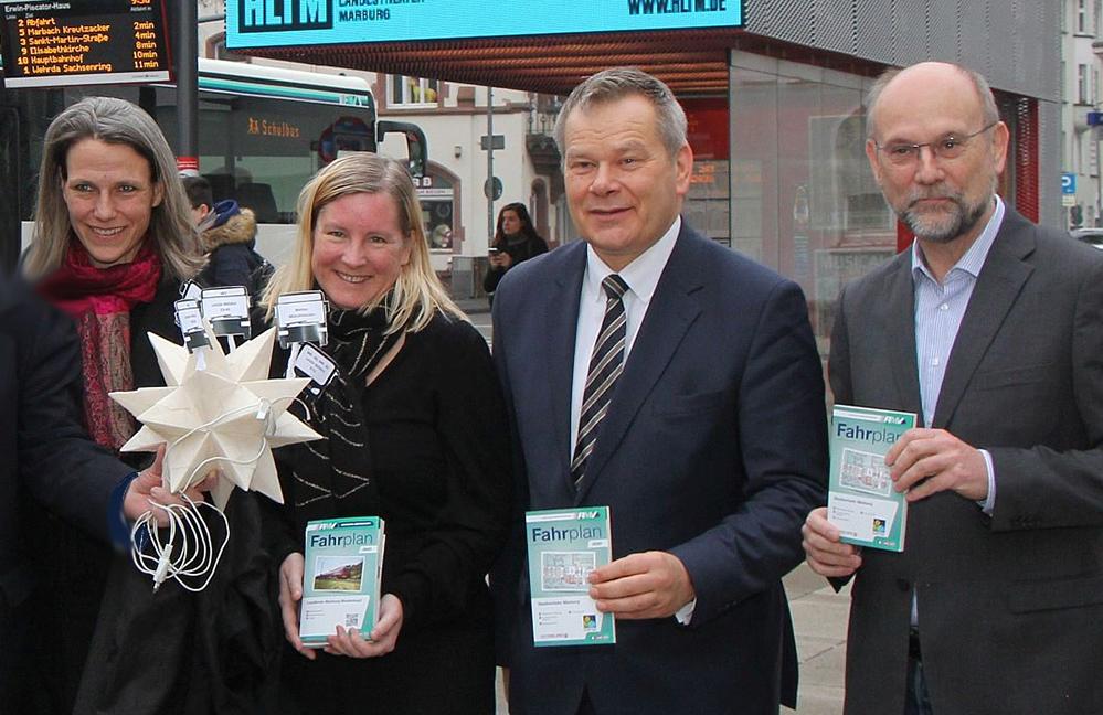 Zwei Frauen, zwei Männer, darunter der Marburger Oberbürgermeister, halten die neuen Fahrpläne mit den Nachtfahrten in der Hand.