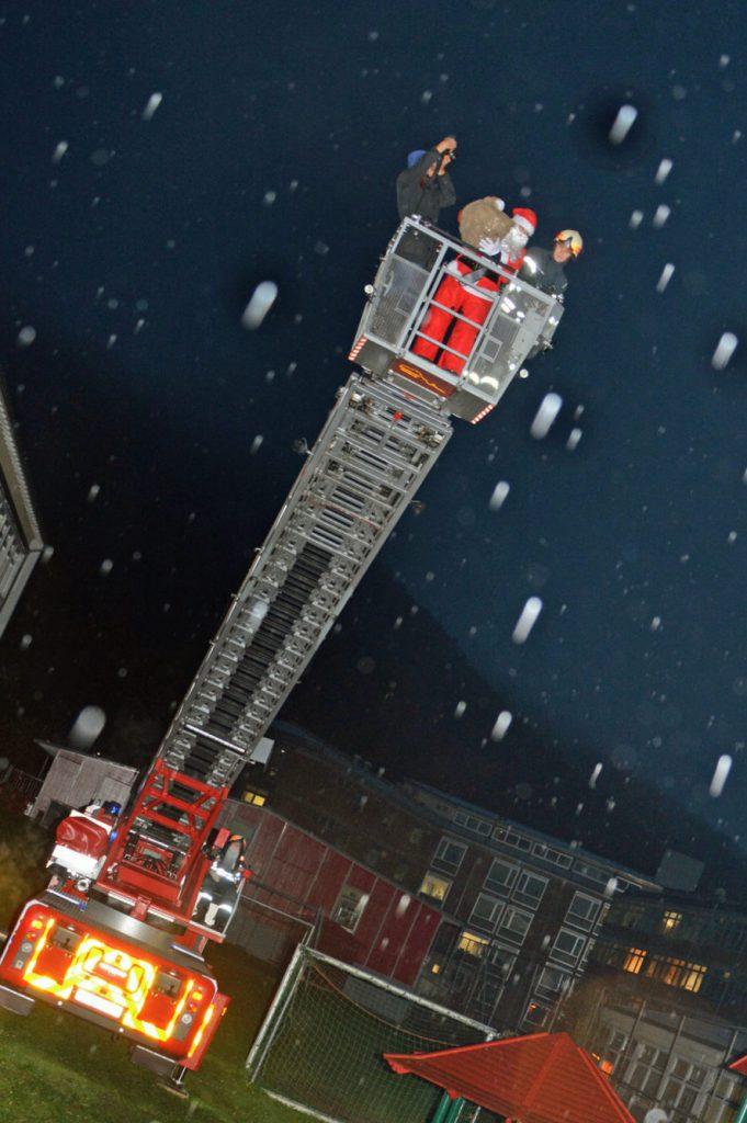 Ein Feuerwehrauto, eine ausgefahrene Drehleiter...und auf ihr in Begleitung eines Feuerwehrmanns und eines Fotografen: der Nikolaus höchstpersönlich.